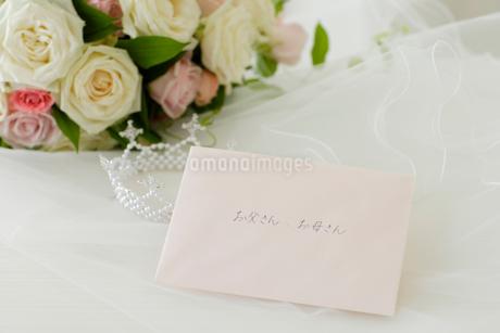 ウェディング小物と手紙の写真素材 [FYI02015238]