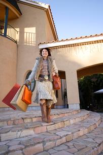 買い物袋を持った女性の写真素材 [FYI02015289]