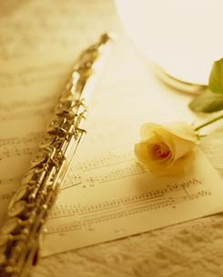 楽譜とフルートとバラの写真素材 [FYI02015454]