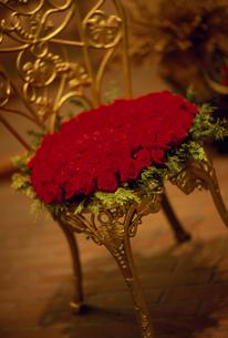 クリスマス  椅子にバラの花束の写真素材 [FYI02015581]