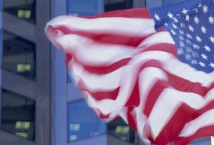 はためく星条旗とビルの写真素材 [FYI02015613]