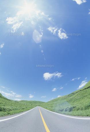道と太陽の写真素材 [FYI02015771]