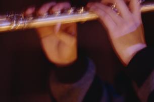フルートを吹く手の写真素材 [FYI02015905]