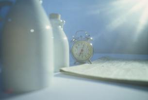 牛乳瓶と目覚まし時計の写真素材 [FYI02015910]