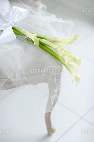 椅子の上の花束の写真素材 [FYI02016225]