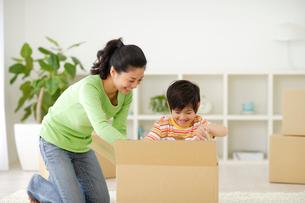 引越しの準備をするお母さんと男の子の写真素材 [FYI02016258]
