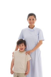 女性看護師と男の子の写真素材 [FYI02016268]