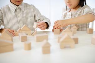 積み木で遊ぶ男の子と女の子の写真素材 [FYI02016324]