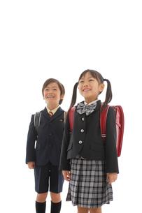 ランドセルを背負った男の子と女の子の写真素材 [FYI02016332]