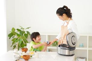 ご飯をよそうお母さんと男の子の写真素材 [FYI02016354]