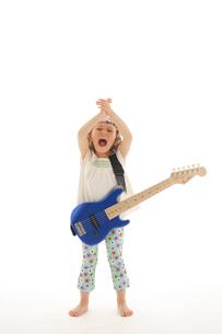 エレキギターを掻き鳴らす女の子の写真素材 [FYI02016591]