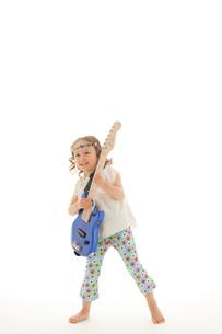 エレキギターを掻き鳴らす女の子の写真素材 [FYI02016641]