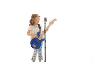 エレキギターを掻き鳴らす女の子の写真素材 [FYI02016701]