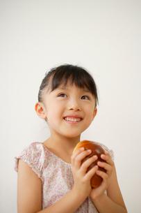 ロールパンを食べる女の子のポートフォリオの写真素材 [FYI02016708]