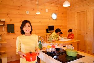 ダイニングキッチンで団欒する家族の写真素材 [FYI02016712]
