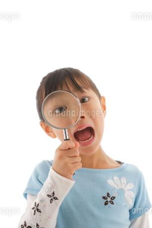 虫眼鏡を覗く女の子の写真素材 [FYI02016736]