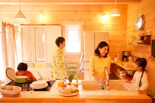 ダイニングキッチンで団欒する家族の写真素材 [FYI02016768]