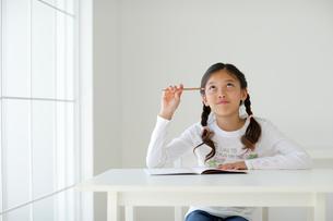 勉強する女の子の写真素材 [FYI02016796]