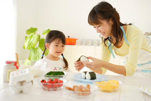 お弁当の準備をする親子の写真素材 [FYI02016849]