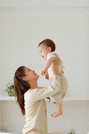 ママと子供のふれあいの写真素材 [FYI02016923]