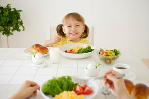 ママと朝食を食べる女の子の写真素材 [FYI02016941]