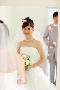 鏡に映る花嫁と花婿の写真素材 [FYI02016965]