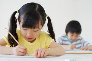 勉強する小学生の男の子と女の子の写真素材 [FYI02017145]