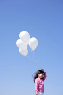 風船を持つ女の子の写真素材 [FYI02017162]
