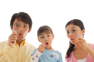 虫眼鏡を覗く家族の写真素材 [FYI02017196]
