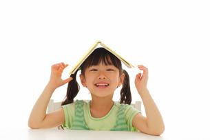 女の子の読書イメージの写真素材 [FYI02017246]