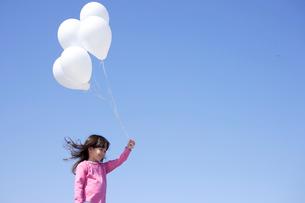 風船を持つ女の子の写真素材 [FYI02017264]