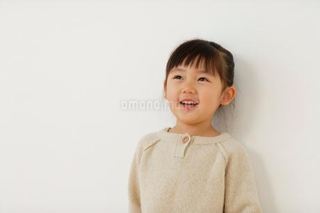 セーターを着た女の子のポートレートの写真素材 [FYI02017378]