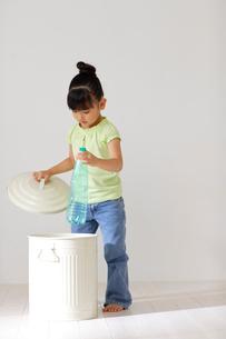 ゴミをゴミ箱に捨てる子供の写真素材 [FYI02017381]