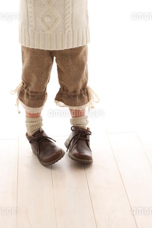 セータを着ている女の子の足もとの写真素材 [FYI02017418]