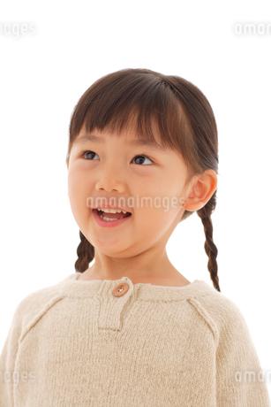 セーターを着た女の子のポートレートの写真素材 [FYI02017545]