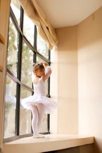 レオタード姿の白人の女の子の写真素材 [FYI02017598]