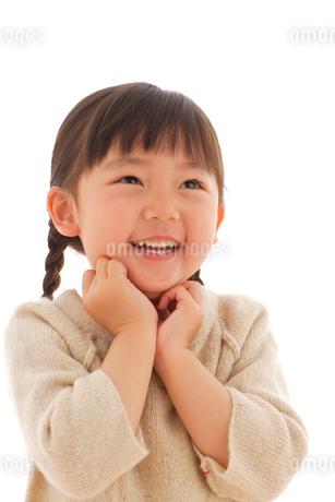 セーターを着た女の子のポートレートの写真素材 [FYI02017599]