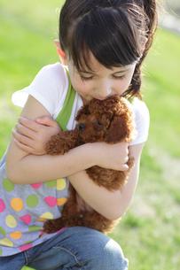 小犬にキスをする女の子の写真素材 [FYI02017641]
