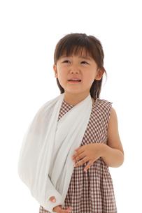 泣いている骨折している女の子の写真素材 [FYI02017653]