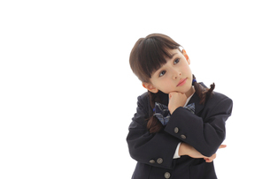腕組みをして悩む制服姿の女の子の写真素材 [FYI02017720]