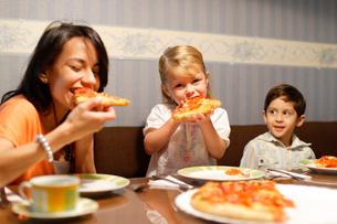 ピザを食べる外国人のお母さんと子どもの写真素材 [FYI02017722]