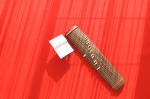 赤絨毯の上のお琴と楽譜の写真素材 [FYI02017744]