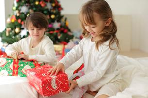 クリスマスプレゼントに喜ぶ幼い兄妹の写真素材 [FYI02017746]