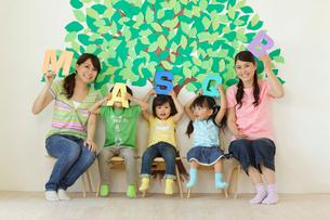 アルファベットを持つ園児と先生の写真素材 [FYI02017796]