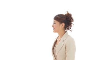スーツ姿の女性の横顔の写真素材 [FYI02017855]