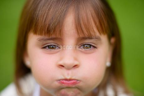 おどけた表情の白人の女の子の写真素材 [FYI02017883]