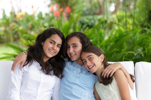 外国人姉妹のポートレートの写真素材 [FYI02017928]