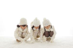 雪遊びをする3人の女の子の写真素材 [FYI02017960]