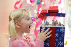 クリスマスプレゼントに喜ぶ女の子の写真素材 [FYI02018003]