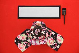 振り袖を着て書初めをする女の子の写真素材 [FYI02018022]